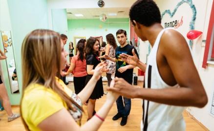 Занятия танцами в студии Dance Club